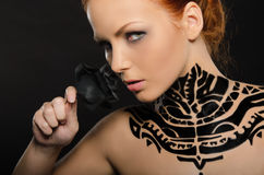 Ελκυστική γυναίκα με το λουλούδι, μαύρη τέχνη σωμάτων Στοκ φωτογραφία με δικαίωμα ελεύθερης χρήσης