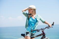 Ελκυστική γυναίκα με το ποδήλατο Στοκ Εικόνες