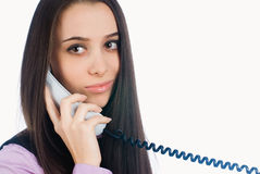 Ελκυστική γυναίκα που απαντά στο τηλέφωνο και το χαμόγελο Στοκ Φωτογραφίες