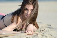 Ελκυστική γυναίκα που βρίσκεται στο μπικίνι ένδυσης άμμου στοκ φωτογραφία με δικαίωμα ελεύθερης χρήσης