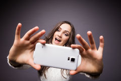 Ελκυστική γυναίκα που κάνει selfie τη φωτογραφία Στοκ Εικόνες