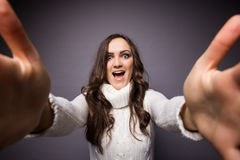 Ελκυστική γυναίκα που κάνει selfie τη φωτογραφία Στοκ Φωτογραφίες