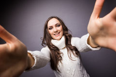 Ελκυστική γυναίκα που κάνει selfie τη φωτογραφία Στοκ φωτογραφίες με δικαίωμα ελεύθερης χρήσης