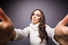 Ελκυστική γυναίκα που κάνει selfie τη φωτογραφία Στοκ Φωτογραφία