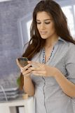 Ελκυστική γυναίκα που χρησιμοποιεί το κινητό τηλέφωνο Στοκ φωτογραφία με δικαίωμα ελεύθερης χρήσης