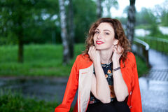 Ελκυστική γυναίκα στη φύση Στοκ φωτογραφία με δικαίωμα ελεύθερης χρήσης