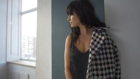 Ελκυστική γυναίκα στο παλτό απόθεμα βίντεο
