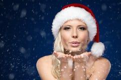 Ελκυστική γυναίκα στο φιλί χτυπημάτων Χριστουγέννων ΚΑΠ Στοκ φωτογραφία με δικαίωμα ελεύθερης χρήσης