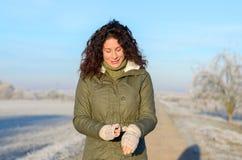 Ελκυστική γυναίκα υπαίθρια σε ένα χειμερινό πρωί Στοκ φωτογραφίες με δικαίωμα ελεύθερης χρήσης