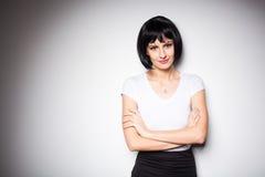 Ελκυστική γυναίκα brunette που στέκεται δίπλα σε έναν τοίχο Στοκ Εικόνα