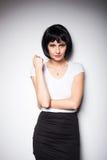 Ελκυστική γυναίκα brunette που στέκεται δίπλα σε έναν τοίχο Στοκ εικόνες με δικαίωμα ελεύθερης χρήσης
