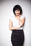Ελκυστική γυναίκα brunette που στέκεται δίπλα σε έναν τοίχο Στοκ Φωτογραφία