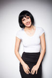 Ελκυστική γυναίκα brunette που στέκεται δίπλα σε έναν τοίχο Στοκ φωτογραφία με δικαίωμα ελεύθερης χρήσης