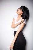 Ελκυστική γυναίκα brunette που στέκεται δίπλα σε έναν τοίχο Στοκ Εικόνες