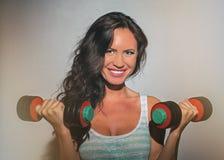 Ελκυστική επίλυση γυναικών brunette Στοκ φωτογραφία με δικαίωμα ελεύθερης χρήσης