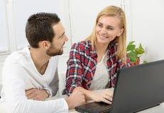 Ελκυστική επιχείρηση ανδρών και γυναικών που χρησιμοποιεί το φορητό προσωπικό υπολογιστή Στοκ εικόνα με δικαίωμα ελεύθερης χρήσης
