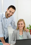 Ελκυστική επιχείρηση ανδρών και γυναικών στο γραφείο Στοκ εικόνα με δικαίωμα ελεύθερης χρήσης