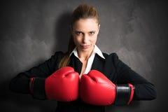 Ελκυστική επιχειρηματίας με τα εγκιβωτίζοντας γάντια έτοιμα για μια πάλη Στοκ Εικόνα