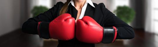 Ελκυστική επιχειρηματίας με τα εγκιβωτίζοντας γάντια έτοιμα για μια πάλη Στοκ Εικόνες