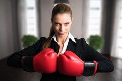 Ελκυστική επιχειρηματίας με τα εγκιβωτίζοντας γάντια έτοιμα για μια πάλη Στοκ φωτογραφία με δικαίωμα ελεύθερης χρήσης
