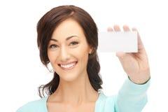 Ελκυστική επιχειρηματίας με τη επαγγελματική κάρτα Στοκ Εικόνα