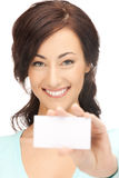 Ελκυστική επιχειρηματίας με τη επαγγελματική κάρτα Στοκ εικόνες με δικαίωμα ελεύθερης χρήσης