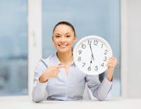 Ελκυστική επιχειρηματίας με το άσπρο ρολόι Στοκ εικόνα με δικαίωμα ελεύθερης χρήσης