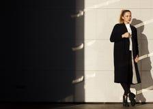 Ελκυστική επιχειρηματίας στο άσπρο υπόβαθρο Στοκ Εικόνα