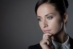 Ελκυστική επιχειρηματίας στο σκοτεινό υπόβαθρο Στοκ φωτογραφίες με δικαίωμα ελεύθερης χρήσης