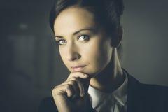 Ελκυστική επιχειρηματίας στο σκοτεινό υπόβαθρο Στοκ εικόνες με δικαίωμα ελεύθερης χρήσης
