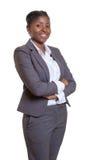Ελκυστική επιχειρησιακή γυναίκα από την Αφρική με τα διασχισμένα όπλα Στοκ Φωτογραφία