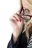 Ελκυστική επιχειρησιακή γυναίκα που κοιτάζει πέρα από τα γυαλιά Στοκ Εικόνα