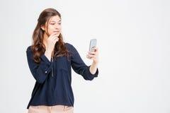 Ελκυστική ευτυχής νέα γυναίκα που παίρνει selfie με το κινητό τηλέφωνο στοκ εικόνες