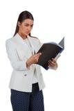 Ελκυστική εύθυμη επιχειρηματίας με το φάκελλο Στοκ εικόνα με δικαίωμα ελεύθερης χρήσης