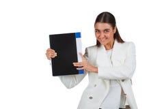 Ελκυστική εύθυμη επιχειρηματίας με το φάκελλο Στοκ Φωτογραφία