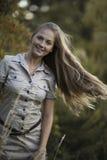Ελκυστική κίνηση κοριτσιών μακρυμάλλης Στοκ Εικόνες