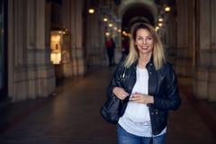 Ελκυστική καθιερώνουσα τη μόδα νέα γυναίκα που περπατά μέσω ενός arcade Στοκ Φωτογραφία