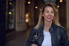 Ελκυστική καθιερώνουσα τη μόδα νέα γυναίκα που περπατά μέσω ενός arcade Στοκ φωτογραφία με δικαίωμα ελεύθερης χρήσης