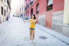 Ελκυστική και γλυκιά λατινική γυναίκα που χαμογελά την ευτυχή παίρνοντας φωτογραφία αυτοπροσωπογραφίας selfie με το κινητό τηλέφω Στοκ εικόνες με δικαίωμα ελεύθερης χρήσης