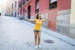 Ελκυστική και γλυκιά λατινική γυναίκα που χαμογελά την ευτυχή παίρνοντας φωτογραφία αυτοπροσωπογραφίας selfie με το κινητό τηλέφω Στοκ Φωτογραφίες