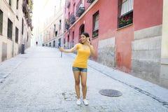 Ελκυστική και γλυκιά λατινική γυναίκα που χαμογελά την ευτυχή παίρνοντας φωτογραφία αυτοπροσωπογραφίας selfie με το κινητό τηλέφω Στοκ φωτογραφίες με δικαίωμα ελεύθερης χρήσης