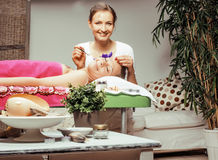 Ελκυστική κυρία φωτογραφιών αποθεμάτων που παίρνει την επεξεργασία SPA Στοκ εικόνες με δικαίωμα ελεύθερης χρήσης