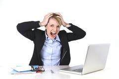 Ελκυστική ματαιωμένη επιχειρηματίας έκφραση στην εργασία γραφείων Στοκ Φωτογραφίες