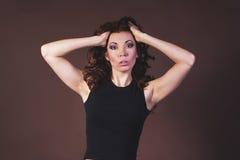 ελκυστική μαύρη γυναίκα πουκάμισων Στοκ φωτογραφία με δικαίωμα ελεύθερης χρήσης