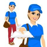 Ελκυστική μετα γυναίκα στο μπλε ταχυδρομείο παράδοσης πουκάμισων ομοιόμορφο με την καφετιά τσάντα δέρματος απεικόνιση αποθεμάτων