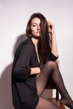 Ελκυστική με μεγάλο στήθος γυναίκα στο γκρίζο υπόβαθρο Στοκ Φωτογραφία