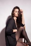 Ελκυστική με μεγάλο στήθος γυναίκα στο γκρίζο υπόβαθρο Στοκ φωτογραφία με δικαίωμα ελεύθερης χρήσης