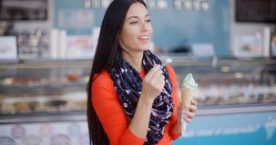 Ελκυστική μοντέρνη νέα γυναίκα σε λιχουδιές στοκ φωτογραφίες