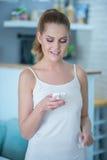 Ελκυστική νέα ανάγνωση γυναικών sms Στοκ φωτογραφία με δικαίωμα ελεύθερης χρήσης