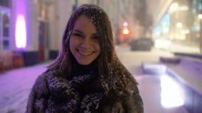 Ελκυστική νέα γυναίκα, νιφάδες χιονιού στη κάμερα φιλμ μικρού μήκους